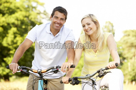 andar en bicicleta pareja en el