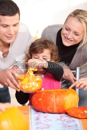 young family carving hallowe039en pumpkins