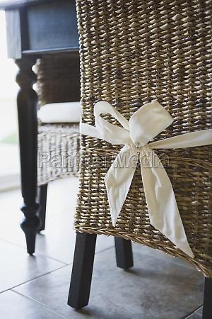 arco atado alrededor de silla de