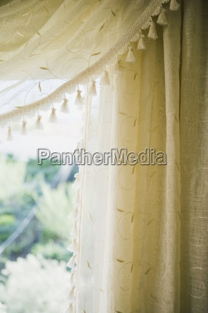 detalle bordado cortinas con borlas
