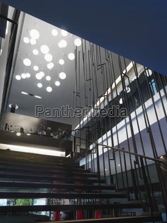 escalera moderna con varias luces del