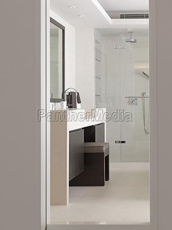 vanidad entre lavabos en cuarto de