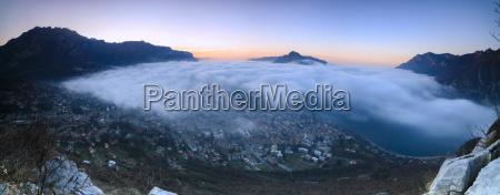 paseo viaje ciudad color niebla salida